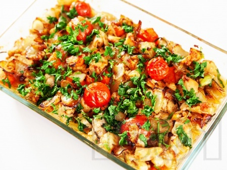 Печена маринована риба скумрия в бира на фурна с пресни чери домати, моркови, лук и чесън - снимка на рецептата